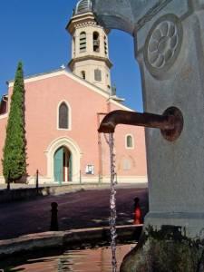 La fontaine de l'église.